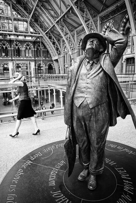Mime at St. Pancras